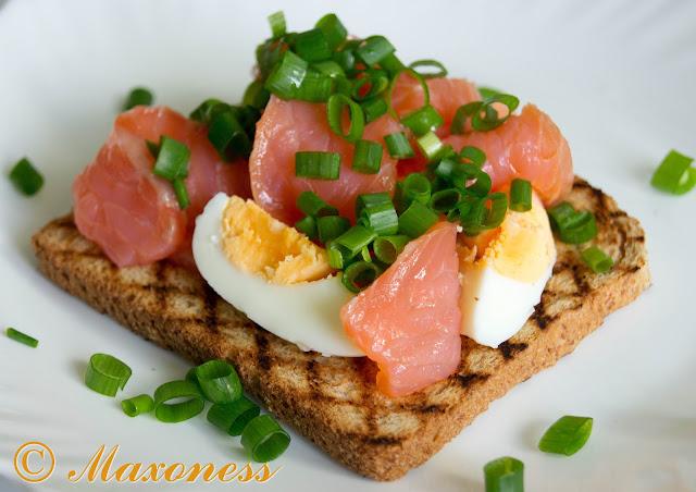 Варёное яйцо с копчёным лососем и сибулетом