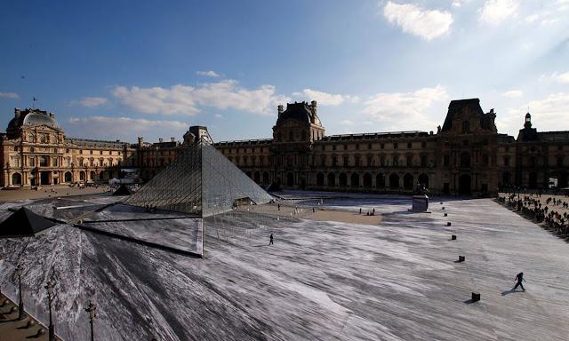Μοναδικές εικόνες! Η... οφθαλμαπάτη για τα 30 χρόνια της Πυραμίδας του Λούβρου (video)