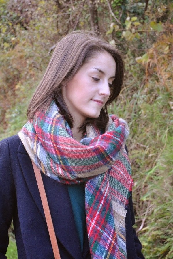 Bufanda-manta alrededor del cuello con un lado largo por delante