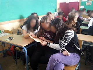 Μαθήτριες ακουμπάνε σελίδες Braille