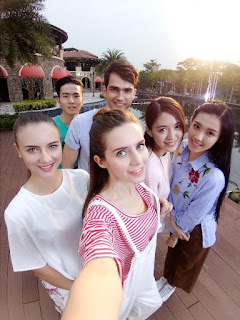 Source: OPPO. Taking a group selfie.