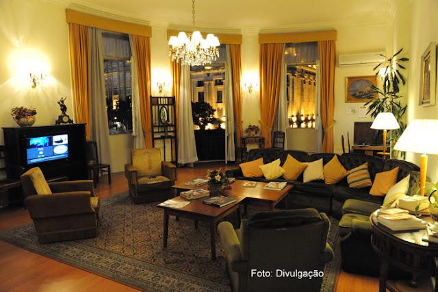 Sala de estar com móveis de época no Hotel Aliados, Cidade do Porto
