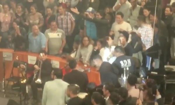 VIDEO: Le pide matrimonio en pleno palenque de Julión Álvarez y ella le dice que no.