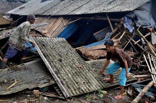 Saldo de mortos após tsunami na Indonésia aumenta para 373