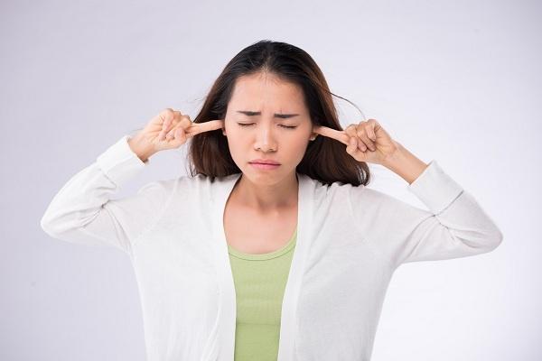 Cara Terbaik untuk Mengatasi Telinga Berdengung Terus Menerus