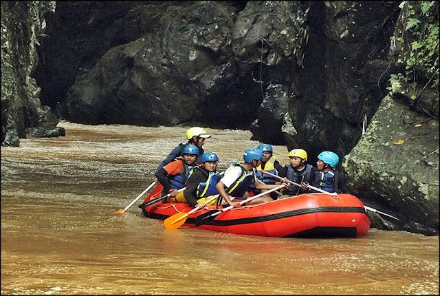 Sungai Cipeles, Sumedang kerap menjadi ajang arung jeram