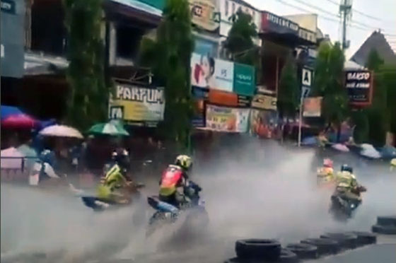 Video Balapan Road Race di Sirkuit Yang Banjir Jadi Viral