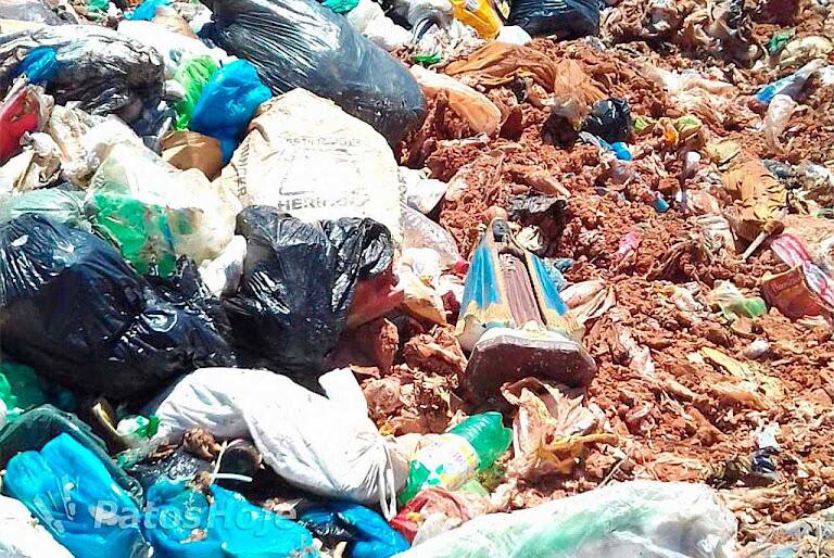 Assim foi encontrada a imagem no lixão de Patos de Minas praticamente intacta, novembro 2017