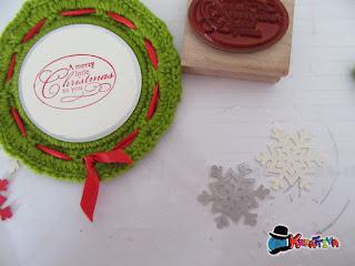 completa con un cerchio di cartone personalizzato con timbri e fiocchi di neve argentati