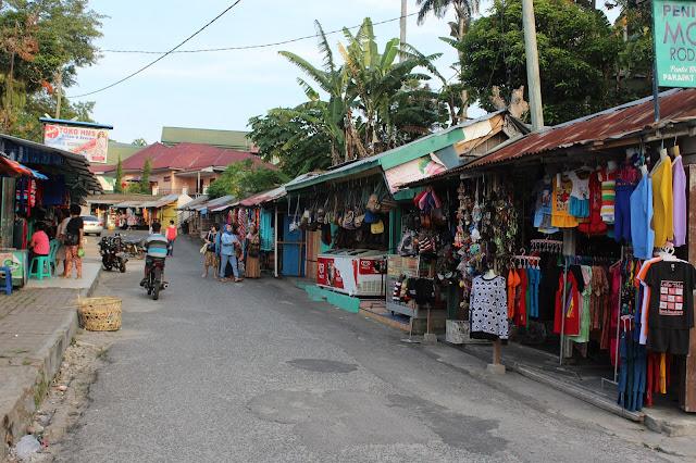 Wisatawan terlihat belanja aseksoris di geray belanja di lokasi wisata Parapat kabupaten Simalungun