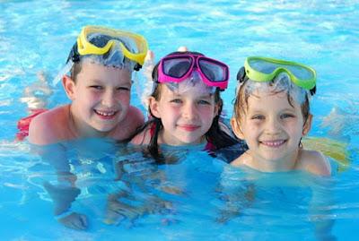 sử dụng kính bơi để đảm bảo an toàn cho mắt bé