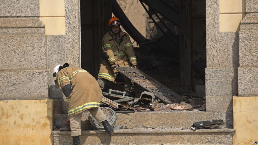 Bomberos sacan los escombros del lugar que albergaba inmensas obras de arte / AP