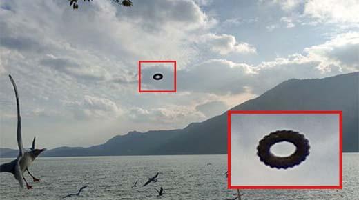 Turista capta misterioso OVNI 'dona' flotando sobre un lago en China