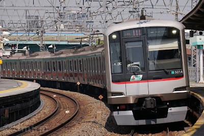 伊勢崎線堀木駅を通過する東急5000系