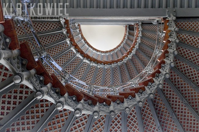 Toruń. Kamienica. Klatka schodowa z kręconymi żeliwnymi schodami.