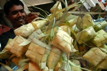 Ketupat menu lebaran di Indonesia