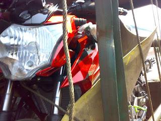 mungkin sudah jadi nasib sial bagi truk expedisi pengangkut unit motor baru Yamaha Xabre Truk Ekspedisi Motor New Vixion Grafis 2016 Kecelakaan, Motor Baru Banyak Patah Sein