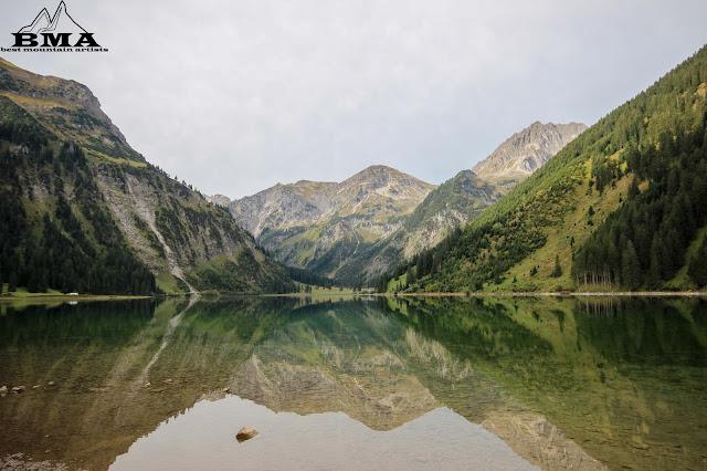 Ausblick Bergpanorama rund um den Vilsalpsee - Wanderung mit BMA in Oesterreich - Wandern Tirol - Bergsee Tannheim