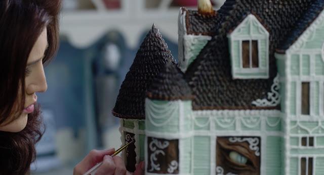 una reacreación de la casa de la serie en forma de tarta de bizcocho de chocolate