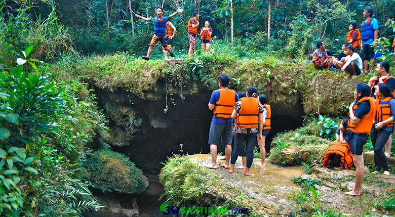 lompatan tinggi di atas gua cukang taneuh green santirah