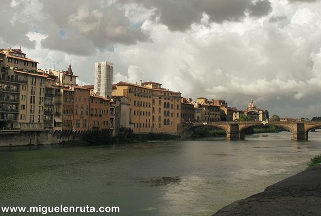 Paseo-Río-Arno-Florencia