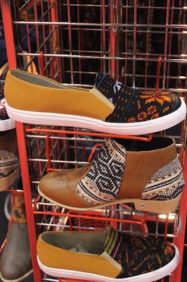 Produk sepatu dari motif tenun Nusa Tenggara Timur