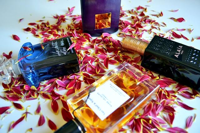 profumi femminili per le sere d'estate; tom ford velvet orchid, alaia paris, guerlain la petite robe noire eau de parfum intense, van cleef & arpels rose velours