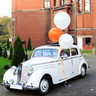 8 wspaniałych dekoracji auta weselnego, które pozwolą ci zapomnieć o zwykłych blaszanych puszkach.