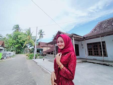 Safira Inema Pakai Hijab Merah