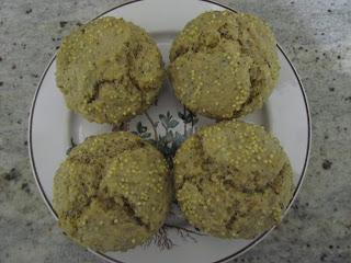Muffins céréales et graines sur assiette avec du millet sur le dessus des muffins