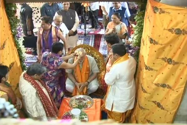pm-narendra-modi-tilak-by-pandit-dwarkadheesh-temple