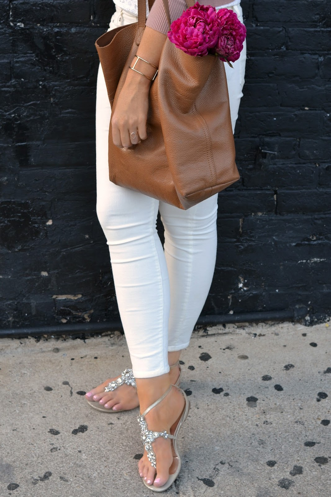 cuyana tote and jcrew white skinny jeans