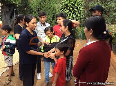 Tấm lòng nhân ái: Sơ dạy nhóm trẻ nhân đạo ở Tà Nung