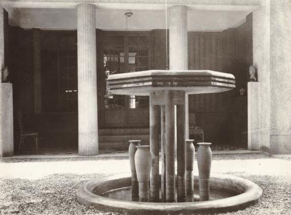 Fontaine dans la cour de la maison de mademoiselle Bachelot, 7 rue de la Mignonne