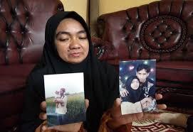 Istri Nuryanto menunjukkan foto korban semasa hidup.