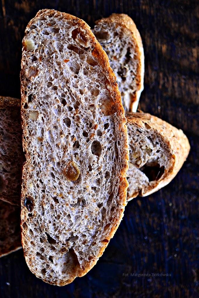 """Z cyklu """"Wypiekanie na śniadanie"""" ... chleb z rodzynkami i orzechami włoskimi"""