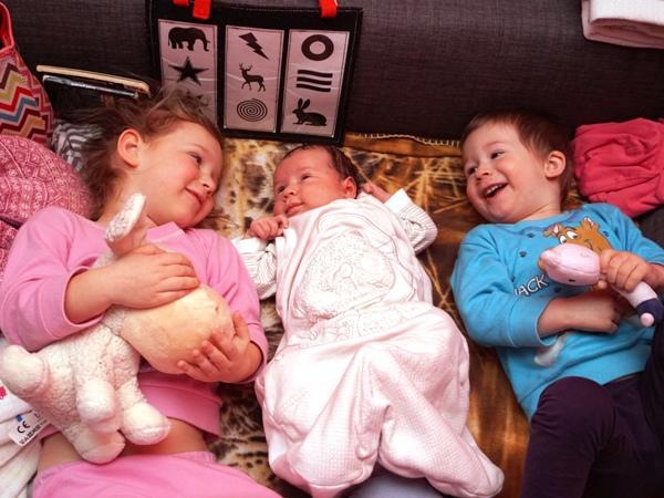 rodzeństwo, trójka dzieci, maluszek w domu, starszaki, adaptacja, z rodzicami