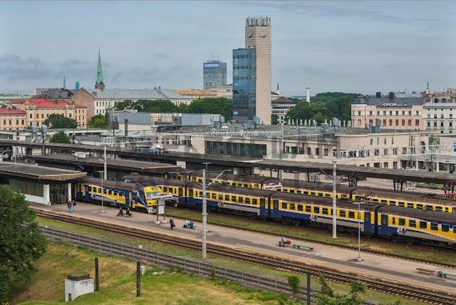 Рижский Центральный железнодорожный вокзал и привокзальные часы с рестораном.