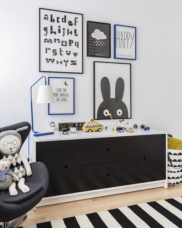 dormitorio infantil en blanco, negro, gris y azul