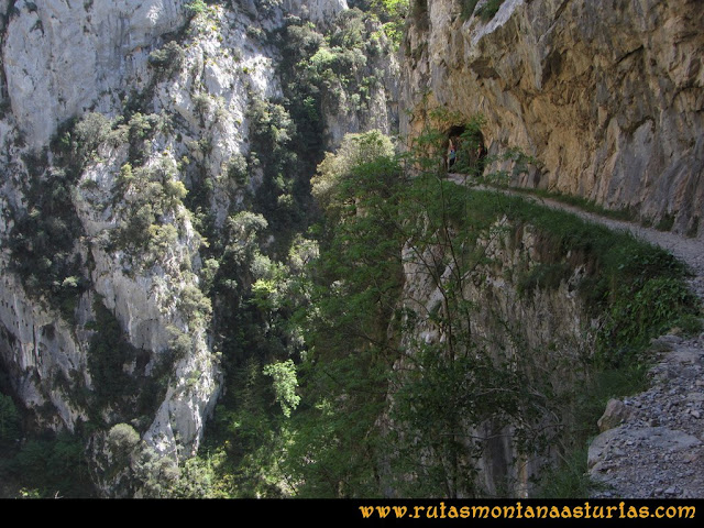 Ruta del Cares: Desplome sobre el sendero