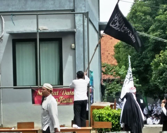 Ansor Turunkan Bendera HTI di SMKN 1 Kota Tangerang
