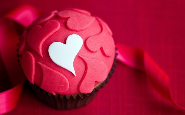 Cupcake met hartjes en een roze achtergrond