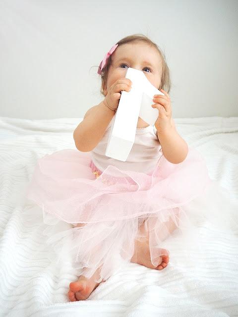 Saippuakuplia olohuoneessa-blogi, Kuva Hanna Poikkilehto, Taapero, lapsen kehitys, yksivuotias, lapsi, tyttö,