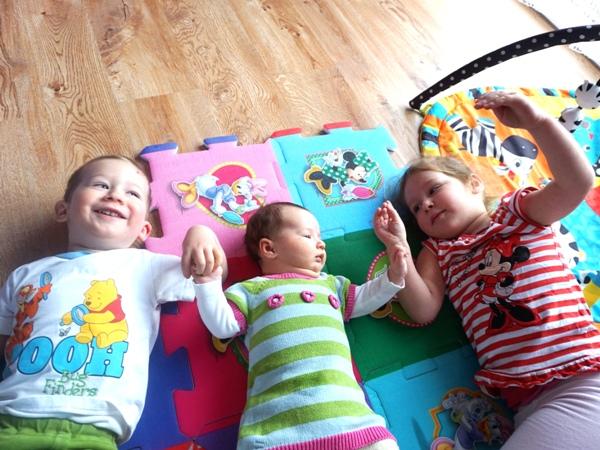 Zazdrość w rodzeństwie najlepsze sposoby trójka dzieci