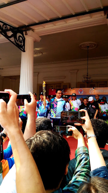 Anies Baswedan di acara pawai obor asian para games 2018