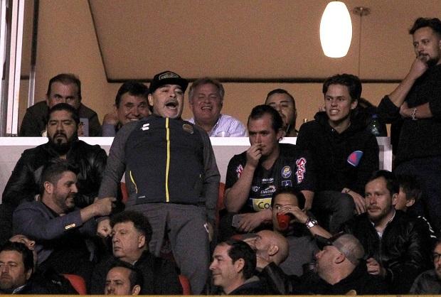 VIDÉO - Mexique: Insulté, Maradona pète les plombs face à des supporters
