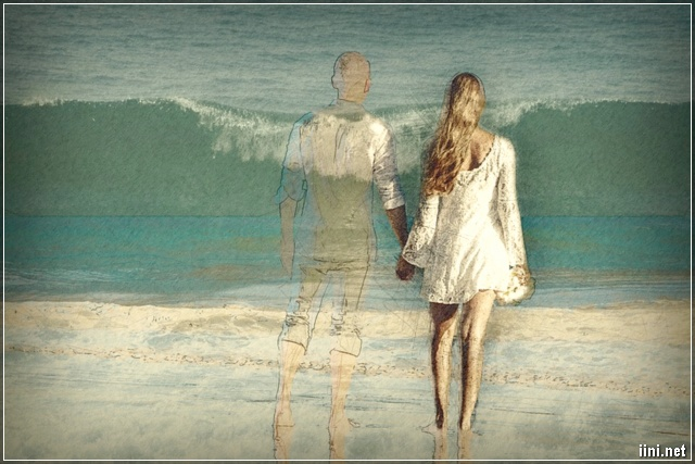 Đôi tình nhân dắt nhau đi bên Biển