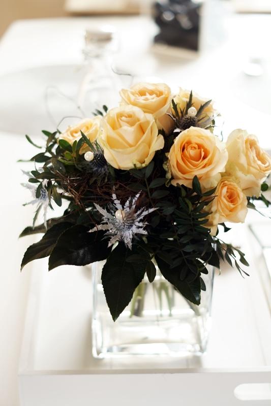 Blog + Fotografie by it's me! - lachsfarbene Rosen und Disteln in einer eckigen Glasvase