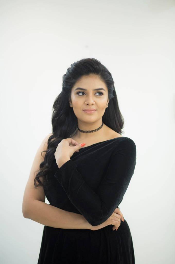 dd679e518ebbd8 Tags  Telugu TV Anchor Sreemukhi Hot Unseen Photo Shoot In Black Dress 2018  Sreemukhi Navel sleeveless Blouse Mini Skirt Long Gown Short Panjabi black  Dress ...