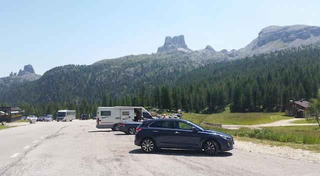 Parken am Falzaregpass auf der Großen Dolomitenstraße, Bergemassive